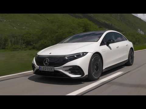The new Mercedes-Benz EQS 580 4MATIC in Diamond white Driving Video