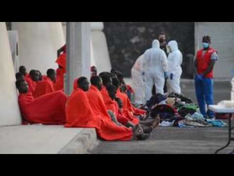 43 migrants, including 5 minors, arrive in canoe at Spanish port in Canary Islands