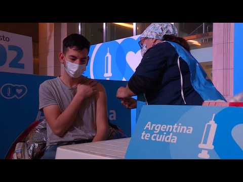 Argentines treated to tango at Buenos Aires vaccine center