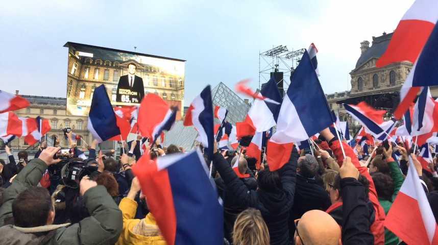 Illustration pour la vidéo Avec les supporters de Macron, dans la houle des gens heureux