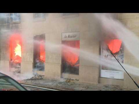 Impressionnant incendie dans la célèbre librairie La Hune à Paris