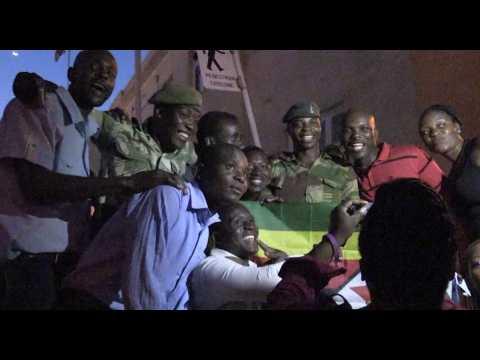 Les Zimbabwéens fêtent le départ de Robert Mugabe au pouvoir depuis 37 ans
