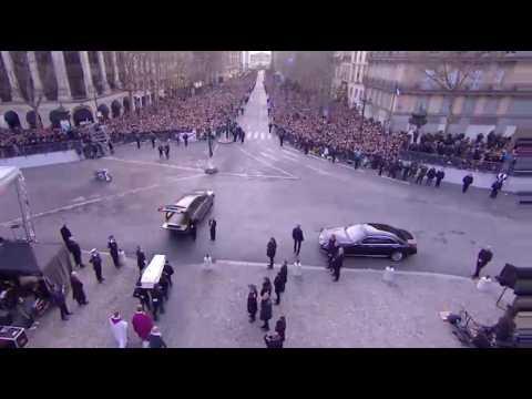 Le cercueil de Johnny Hallyday acclamé par la foule après la cérémonie
