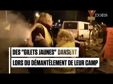 """Alors que les policiers démantèlent leur campement, ces """"gilets jaunes"""" dansent sur Édith Piaf"""
