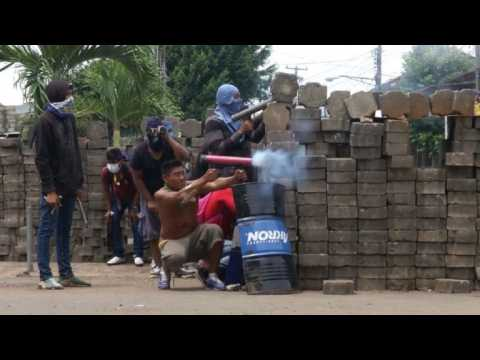 Masaya residents clash with pro-government forces (2)