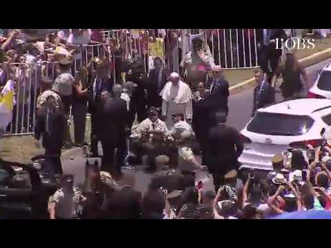 Le pape descend de la papamobile pour aider une policière