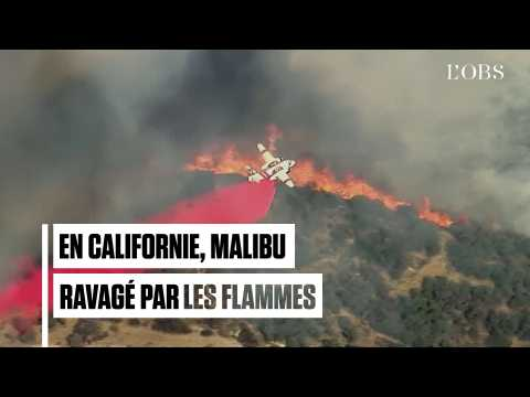 Un avion survole le Sud de la Californie ravagé par les flammes