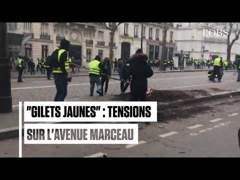"""Près des Champs-Elysées, des """"gilets jaunes"""" descellent des pavés"""