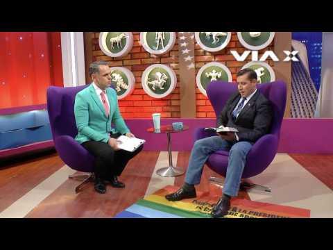 Un pasteur chilien s'essuie les pieds sur un drapeau LGBT à la TV