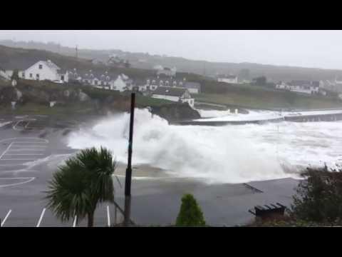 L'ouragan Ophelia déferle sur les côtes irlandaises
