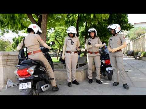 En Inde, des policières patrouillent à moto pour protéger les femmes