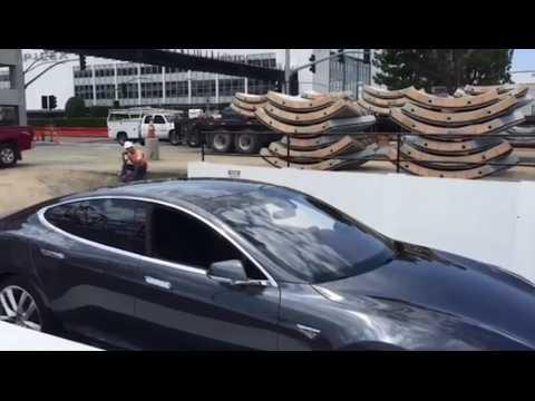 Bouchons : Elon Musk dévoile son ascenseur souterrain pour voitures