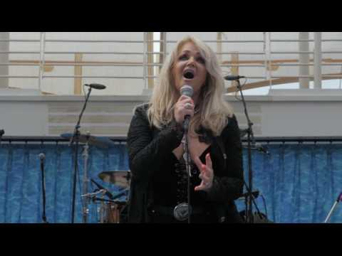 "Bonnie Tyler chante ""Total Eclipse of the Heart"" pendant l'éclipse solaire"