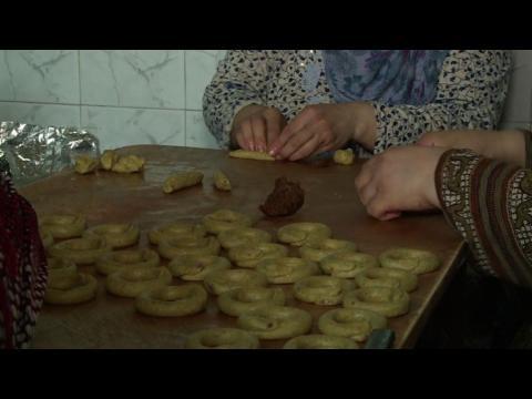 Short on income and gas, Palestinian women bake Ramadan treats