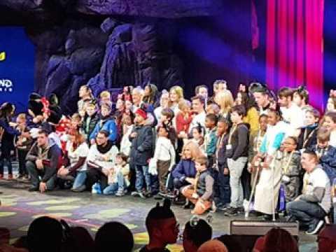 Kendji Girac et Vianney ont clôturé la folle journée des enfants de l'Inje de Metz à Disneyland Paris