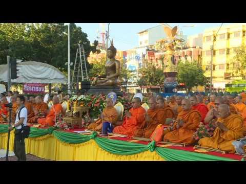 10,000 Thai monks pray one week after mass shooting in Bangkok