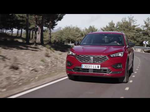The new SEAT Tarraco e-HYBRID FR in Merlot Red Driving Video