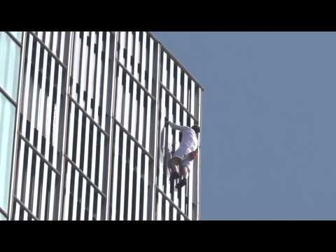 British climber George King free climbs building in Barcelona