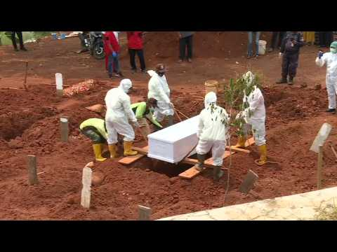 Images from Jakarta cemetery; global Covid deaths near one million