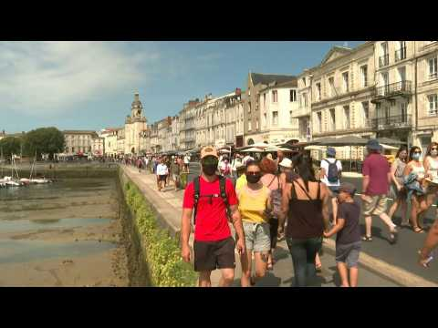Tourists with and without masks, now compulsory in La Rochelle town centre