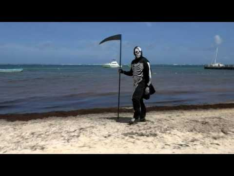"""""""Death"""" wanders around the beaches of Mexico"""