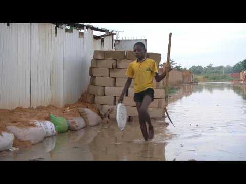 Niger locals battle deadly floods to save homes