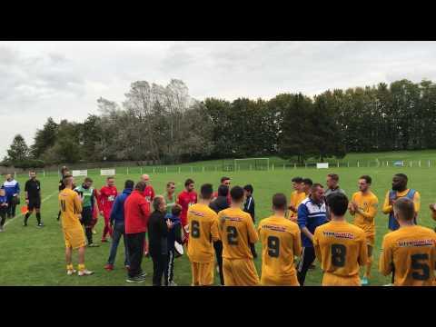La haie d'honneur des footballeurs tourquennois pour Saint-Saulve