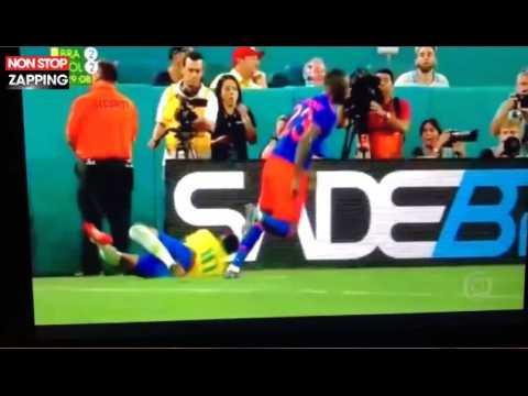 Neymar s'écrase contre un panneau publicitaire en plein match (Vidéo)
