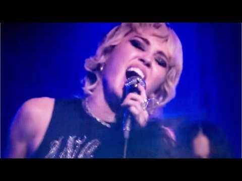 Miley Cyrus, Dua Lipa: Debut 'Prisoner'
