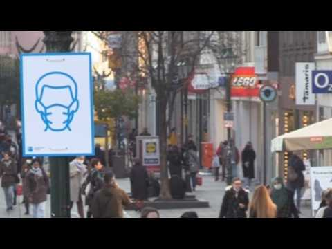 Signs in Düsseldorf remind residents to wear face masks (C)