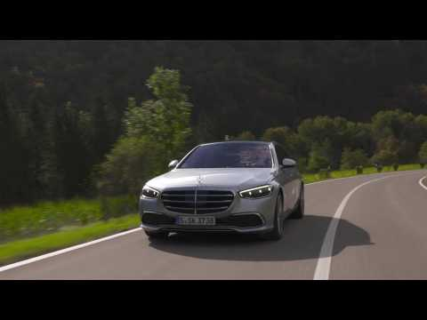 The new Mercedes-Benz S 500 4MATIC in high-tech silver Driving Video