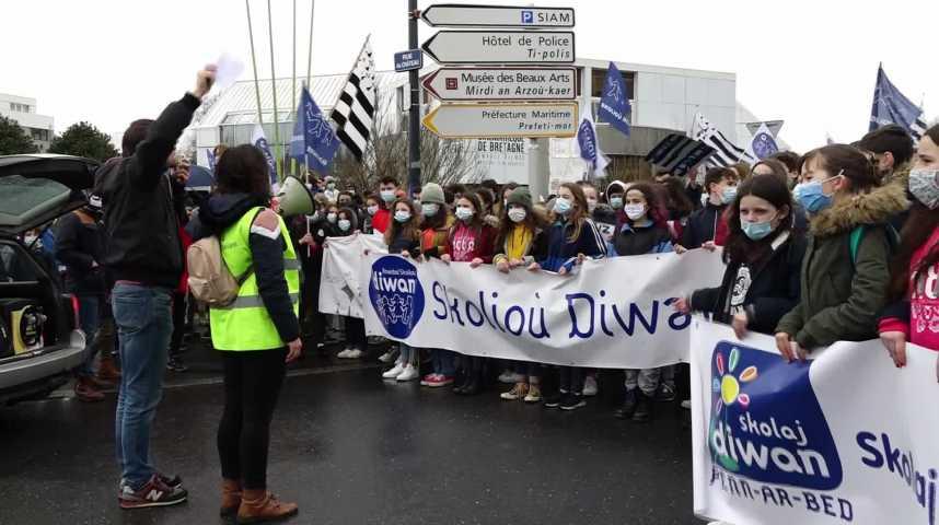 Thumbnail Diwan manifeste pour garder les heures de breton