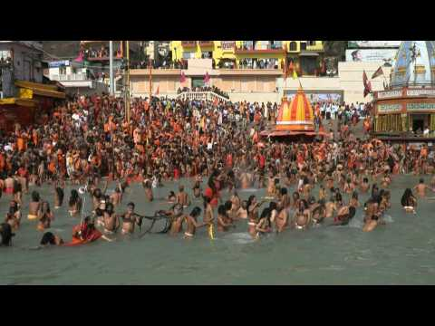 Jubilant Hindu pilgrims take holy dip in India's Ganges river