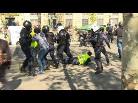 'Yellow vests': police, protesters clash place de la République