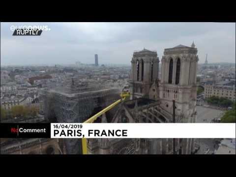 Un drone survole la toiture calcinée de Notre-Dame