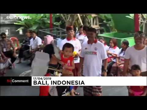 Thor et Spiderman veillent sur les électeurs à Bali