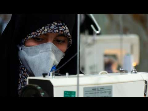 Coronavirus: Iranians make masks and gloves at a mosque