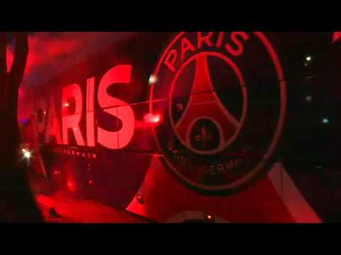 Football/Champions League: PSG fans surround team bus arriving for closed-door match