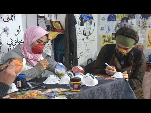Coronavirus: In Gaza, young artists paint on masks to encourage people to wear them