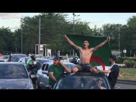 Grosse ambiance avec les supporteurs de l'Algérie sur le rond point des Postes à Lille