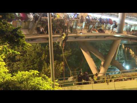 Daring rope escape in Hong Kong