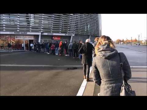 VIDEO: Longue file d'attente devant la boutique du LOSC au stade Mauroy, pour la vente du maillot collector des 75 ans du club