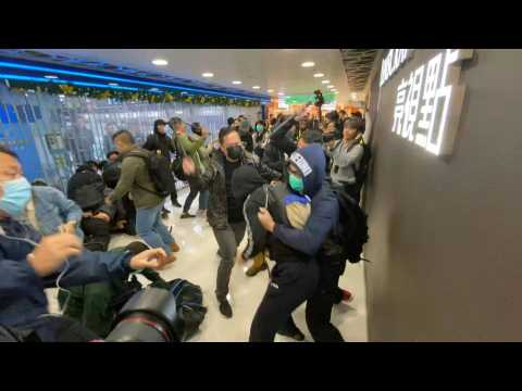 Hong Kong: undercover officers baton-charge protesters in mall