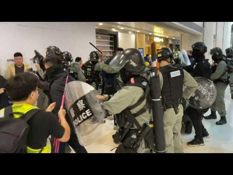 Hong Kong: Third day of Christmas mall clashes