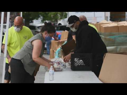 Chelsea authorities in the US distribute food due to the coronavirus crisis