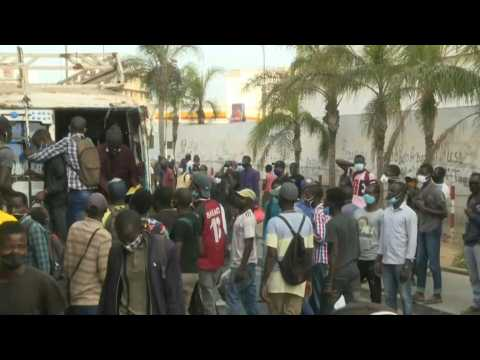 Senegal: workers in Dakar rush home before strict night-time curfew