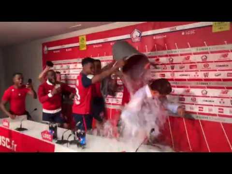 Christophe Galtier arrosé par ses joueurs après leur victoire contre Bordeaux et leur qualification en Ligue des champions