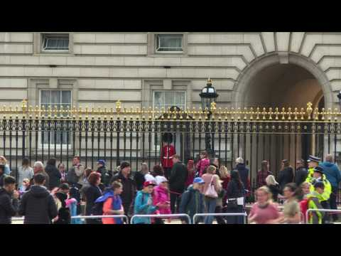 Royal birth: people gathered at Buckingham palace react