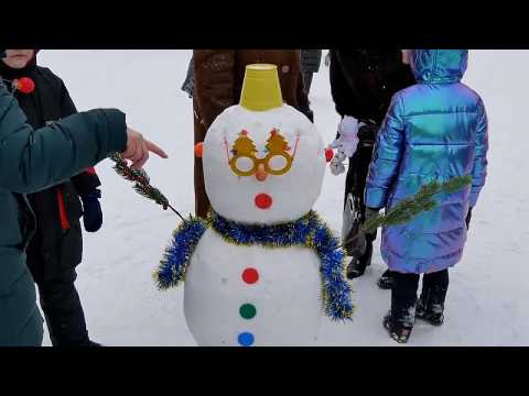 Russians enjoy winter weather at snowman festival