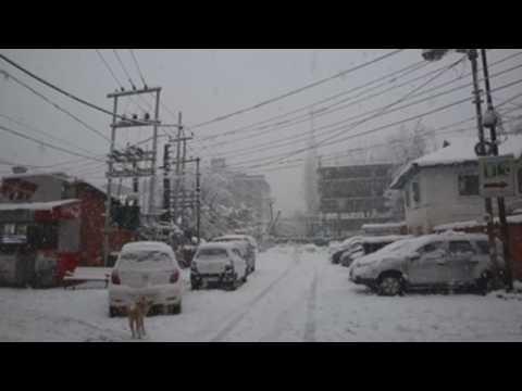 Heavy snowfall in Indian Kashmir brings traffic to a halt on Srinagar-Jammu highway